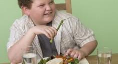 Полных детей нельзя ограничивать в еде
