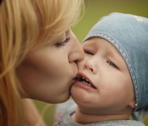 Поцелуи родителей несут опасность для здоровья зубов ребенка